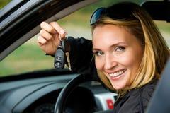 Frau zeigt Tasten vom Auto Lizenzfreie Stockfotos