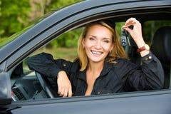 Frau zeigt Tasten vom Auto Stockbilder