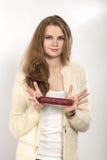Frau zeigt Wurst lizenzfreies stockfoto