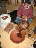 Frau zerquetscht Oliven, um Schmieröl, Marokko herzustellen Lizenzfreie Stockfotografie