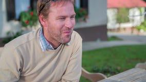 Frau zieht den Mann auf dem romantischen Abendessen draußen ein stock footage