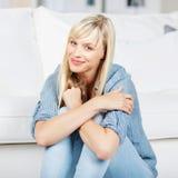 Frau zu Hause Lizenzfreie Stockbilder