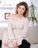 Frau zu Hause Lizenzfreie Stockfotografie