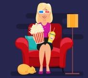 Frau zu Hause, die auf bequemem Lehnsessel und aufpassendem Film sitzt Lizenzfreie Stockfotos