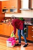 Frau zu Hause, die Wäscherei tut Frauenaufgabenkonzept stockfotos