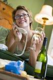 Frau zu Hause am Telefon Stockbilder