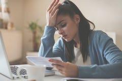 Frau zu Hause unter Verwendung des Laptops und des haben Problems stockfoto