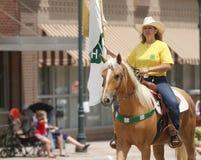 Frau zu Pferd für 4H in einer Parade in der Kleinstadt Amerika Lizenzfreie Stockbilder