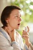 Frau zum Einnehmen der Medizin Stockbild