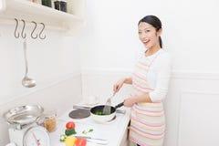 Frau zum zu kochen Stockbild