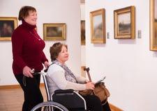 Frau zwei in der Kunstgalerie lizenzfreie stockfotos