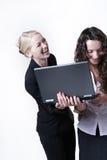 Frau zwei, die Bildschirm betrachtet lizenzfreie stockfotografie