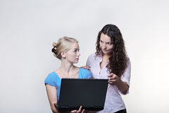Frau zwei, die Bildschirm betrachtet lizenzfreie stockbilder