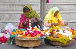 Frau zwei, die Blumen im indischen Markt verkauft Stockfotos