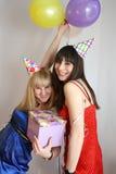 Frau zwei, die Geburtstag feiert Stockfotografie