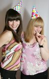 Frau zwei, die Geburtstag feiert lizenzfreies stockfoto
