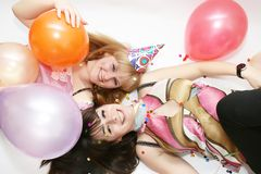 Frau zwei, die Geburtstag feiert Stockfoto
