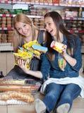 Frau zwei, die im Supermarkt smailing ist Lizenzfreies Stockbild