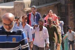 Frau zwei, die in Palanquin in Indien geht stockfoto