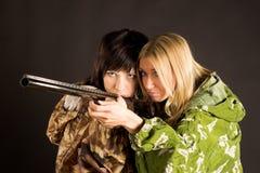 Frau zwei mit Gewehr Stockfotografie