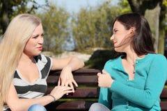 Frau zwei am Park Stockbild