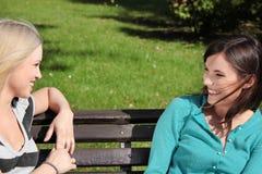 Frau zwei am Park Stockfotografie