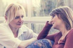 Frau zwei stellen sich mit einem ernsten Blick gegenüber Stockbild