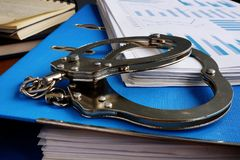 Fraude Algemas e pilha de papéis financeiros fotos de stock royalty free