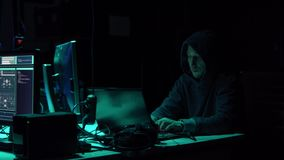 Fraude de Internet, darknet, thiefs de los datos, concepto del cybergrime Ataque del pirata informático en el servidor del gobier metrajes