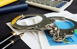 Fraude financeira Originais de negócio e algemas fotografia de stock royalty free