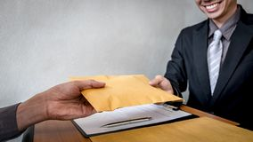 Fraude malhonn?te en argent ill?gal d'affaires, homme d'affaires donnant l'argent de paiement illicite dans l'enveloppe aux homme photo libre de droits