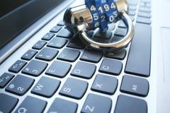 Fraude y foto en línea de la acción de la seguridad Fotografía de archivo libre de regalías