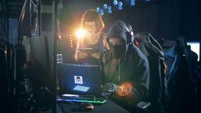 Fraudeurs entaillant des ordinateurs ensemble Concept d'attaque de Cyber clips vidéos