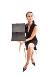 Frauenöffnungsdokumentenfall stockbilder