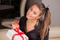Frauenöffnungsgeschenkbox Stockbild