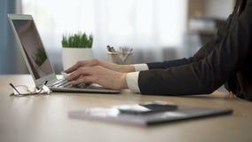 Frauenöffnungslaptop, zum von Daten und Schließen er, Datenbankaktualisierung, Ende zu schreiben der Arbeit stock footage