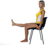 Frauenübung auf Stuhl stockfotografie
