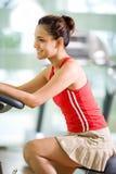 Frauenübung an der Gymnastik Lizenzfreies Stockbild
