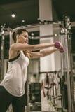 Frauenübung mit Gewichten an der Turnhalle Stockfotografie