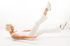 Frauenübungsabdomenmuskel-Weißeignung Stockfoto