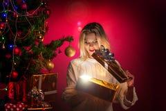 Frauen öffnen eine Geschenkbox Stockfotografie