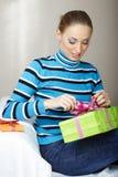 Frauen-Öffnungs-Geschenkbox lizenzfreie stockfotos