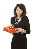 Frauen-Öffnungs-Geschenkbox, glückliches Mädchen mit Rot-Geschenk lizenzfreies stockbild