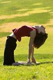 Frauen-übendes Yoga draußen Stockfoto