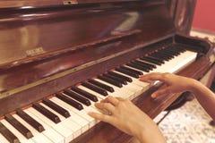 Frauen übergeben das Spielen des antiken Klavierklassikers Lizenzfreie Stockfotografie