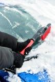 Frauen übergeben im schwarzen Handschuh entfernt Schnee von der Autowindschutzscheibe am Wintertag Lizenzfreie Stockbilder