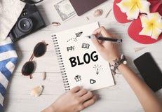 Frauen übergeben schreiben Blog-Kommunikations-Inhalt auf Notizbuch Lizenzfreie Stockfotos