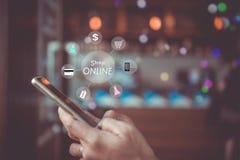Frauen übergeben unter Verwendung des Smartphone tun für die Leute online verkaufen, die online mit Chatkasten, Warenkorb, Dollar lizenzfreie abbildung