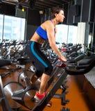 Frauen-Übungstraining Aerobic spinnendes an der Turnhalle Stockfoto