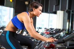 Frauen-Übungstraining Aerobic spinnendes an der Turnhalle Stockbild